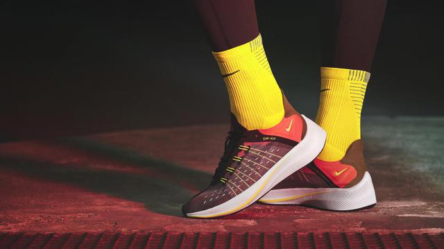 Gaya dengan Sepatu Berdesain Transparan