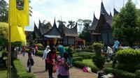 Anjungan Sumatera Barat menjadi salah satu wahana yang dikunjungi warga saat libur lebaran. (Liputan6.com/Lizsa Egeham)