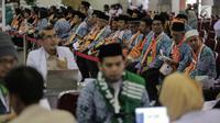 Calon jemaah haji kloter pertama mengantre saat melakukan kelengkapan administrasi di Asrama Haji, Jakarta, Sabtu (6/7/2019). Pengecekan kelengkapan administrasi berupa cek kesehatan, foto biometrik dan sidik jari untuk keperluan imigrasi di embarkasi. (Liputan6.com/Faizal Fanani)