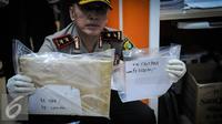Sejumlah barang bukti pungutan liar (pungli) yang diamankan saat operasi tangkap tangan (OTT) di Kementerian Perhubungan, Jakarta, Selasa (11/10). (Liputan6.com/Faizal Fanani)