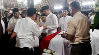 Presiden ke-6 RI Susilo Bambang Yudhoyono (kiri) bersama anaknya Agus Harimurti Yudhoyono dan Edhie Baskoro Yudhoyono berada di dekat peti jenazah Ani Yudhoyono di Puri Cikeas, Bogor, Jawa Barat, Minggu (2/6/2019). (Liputan6.com/Immanuel Antonius)