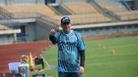 Pelatih Persib Bandung, Robert Alberts, ketika mendampingi timnya menggelar latihan di Stadion Gelora Bandung Lautan Api, Selasa (2/3/2021). (Bola.com/Erwin Snaz)