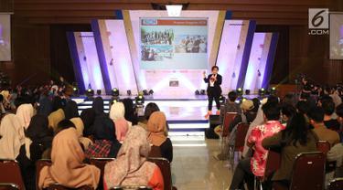 Direktur Program SCM, Harsiwi Achmad memberikan materi tentang dunia pertelevisian kepada peserta EGTC 2018 Bandung di Graha Sanusi Hardjadinata, Universitas Padjajdaran, Bandung, Kamis (6/12). (Liputan6.com/Helmi Fithriansyah)