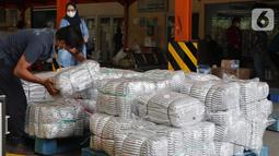 Pekerja merapikan bantuan berupa selimut untuk masyarakat NTT di Cargo Bandara Soekarno Hatta, Banten, Kamis (08/04/2021). Sebanyak dua unit tenda kompi, 1000 pcs selimut dan rendang siap saji dari mitra binaan Askrindo disalurkan untuk para pengungsi. (Liputan6.com/Pool/Askrindo)