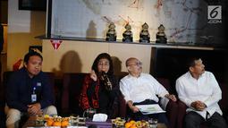 Menteri Kelautan dan Perikanan Susi Pudjiastuti (dua kiri) memberi keterangan pers di Bandara Halim Perdanakusuma, Jakarta, Selasa (30/4/2019). Susi mengatakan pihaknya akan melakukan penenggelaman terhadap 51 kapal pencuri ikan secara bertahap. (Liputan6.com/Herman Zakharia)