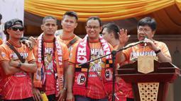 Dirut Persija Jakarta, Gede Widiade, memberikan sambutan di Balai Kota, Jakarta, Sabtu (15/12). Pawai tersebut untuk merayakan keberhasilan Persija meraih gelar Juara Liiga 1 Indonesia. (Bola.com/M Iqbal Ichsan)