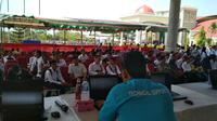 Ribuan peserta tes SKD CPNS Kabupaten Cirebon mengisi waktu kosong ditengah menunggu panitia memperbaiki server. Foto (Liputan6.com / Panji Prayitno)