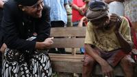 Usai berkeliling ke sejumlah lokasi di Kabupaten Semarang, Ganjar menyempatkan mampir menengok kondisi Mbah Jumadi.