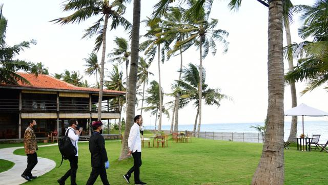 Jokowi saat mengunjungi Villa So Long dan Pantai So Long di Kabupaten Banyuwangi, Jawa Timur, Kamis (25/6/2020).