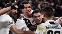Para pemain Juventus merayakan gol yang dicetak Mario Mandzukic ke gawang Valencia pada laga Liga Champions di Stadion Allianz, Turin, Selasa (27/11). Juventus menang 1-0 atas Valencia. (AFP/Marco Bertorello)