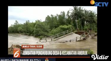 Jembatan penghubung antardesa Pangale, Mamuju Tengah, ambruk usai tergerus banjir sejak empat hari.