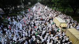 Ratusan ribu massa aksi damai memenuhi ruas Jalan Merdeka Barat menuju Istana Negara, Jakarta, Jumat (4/11). Massa melakukan aksi di depan Istana Negara menuntut penegakan hukum kasus dugaan penistaan agama. (Liputan6.com/Helmi Fithriansyah)