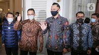 Gubernur DKI Jakarta Anies Baswedan (kedua kiri) saat menerima kunjungan Ketua Umum Partai Demokrat Agus Harimurti Yudhoyono atau AHY (tengah) di Balai Kota DKI Jakarta, Kamis (6/5/2021). Kunjungan AHY untuk silaturahmi dan membicarakan Jakarta. (Liputan6.com/Faizal Fanani)