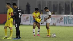 Gelandang Madura United, Andik Vermansah, bertukar jersey dan celana dengan gelandang Bhayangkara FC, Wahyu Suboseto, pada laga Liga 1 2019 di Stadion Madya, Jakarta, Senin (5/8). Kedua tim bermain imbang 1-1. (Bola.com/M iqbal Ichsan)