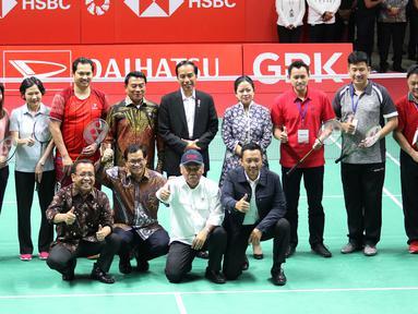 Presiden Jokowi bercengkerama dengan sejumlah atlet saat meresmikan hasil renovasi Istora Senayan, Jakarta, Selasa (23/1). Istora Senayan akan menjadi salah satu arena Asean Games 2018. (Liputan6.com/Angga Yuniar)