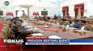 Presiden Jokowi bertemu sejumlah bupati di Istana Bogor bahas permasalahan ekonomi.