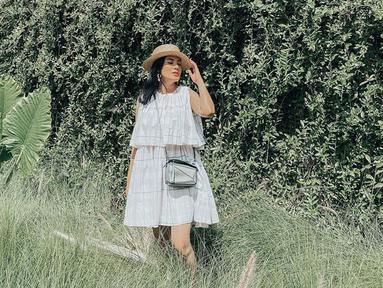 Wanita yang memiliki nama lengkap Anindia Yandirest Ayunda ini memilih untuk mengenakan dress berwarna putih dipadukan dengan sling bag dan topi yang membuatnya terlihat santai. (Liputan6.com/IG/nindyparasadyharsono)