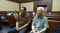 Sekretaris Jenderal Komite Olahraga Nasional (KONI) Ending Fuad Hamidy dan Bendahara KONI, Johnny E Awuy saat menjalani sidang suap dana hibah. (Merdeka.com/Yunita Amalia)