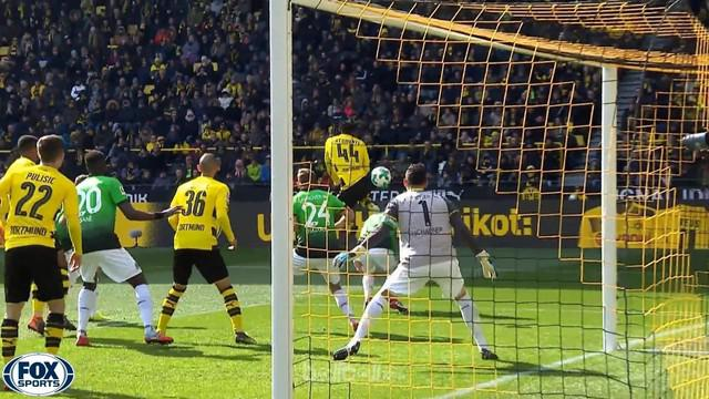 Michy Batshuayi mencetak gol akrobatik saat Dortmund hadapi Hannover. This video is presented by Ballball.