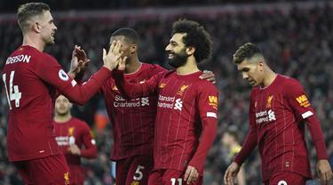 mencetak gol ke gawang Southampton pada pertandingan Liga Inggris di Stadion Anfield, Sabtu (1/2/2020). Salah mencetak dua gol dipertandingan ini dan mengantar Liverpool menang telak 4-0. (AP Photo/Jon Super)