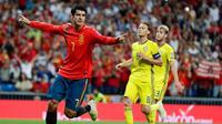 Penyerang Spanyol Alvaro Morata melakukan selebrasi usai mencetak gol ke gawang Swedia dalam laga kualifikasi Grup F Piala Eropa 2020 di Stadion Santiago Bernabeu, Madrid, Senin (10/6/2019). Spanyol membantai Swedia 3-0. (AP Photo/Manu Fernandez)
