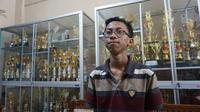 Ananda Hafidh Rifai Kusnanto, siswa kelas XII IPA 6 SMAN 4 Surakarta yang meraih nilai 100 untuk semua mata pelajaran UN.(Liputan6.com/Fajar Abrori)