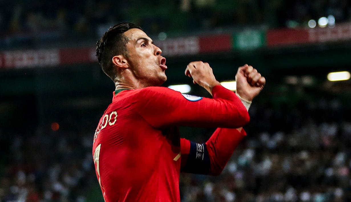 Striker Portugal, Cristiano Ronaldo, merayakan gol yang dicetaknya ke gawang Luksemburg pada laga Kualifikasi Piala Eropa 2020 di Stadion Jose Alvalade, Lisbon, Sabtu (11/10). Portugal menang 3-0 atas Luksemburg. (AFP/Carlos Costa)