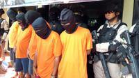 Polisi  menangkap lima terduga pengeroyok pencuri kotak amal di Masjid An Nur Jalan Kapuk Raya Gang Subur, RT 05 RW 05, Cengkareng, Jakarta Barat. (Merdeka.com/Ronald)