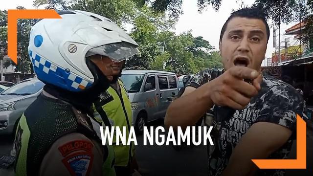 Akibat tak terima dirazia karena tak memakai helm saat berkendara di jalan raya, seorang WNA Mesir malah mengamuk pada petugas.