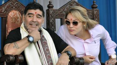 Legenda sepak bola Argentina Diego Maradona bersama istrinya  saat berkunjung di Kolkata, India (11/12). Maradona melakukan kunjungan pribadi ke India bersama sang istri. (AFP Photo)