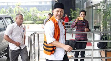 Tersangka Bupati Lampung Tengah nonaktif Mustafa tiba di Gedung KPK, Jakarta, Kamis (5/4). Mustafa diperiksa sebagai saksi untuk tersangka Wakil Ketua DPRD Lampung Tengah J. Natalis Sinaga. (Liputan6.com/Herman Zakharia)