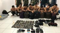 Delapan pria asal Aceh ditahan petugas Bandara Pekanbaru karena selipkan sabu ke sepatu. (Liputan6.com/M Syukur)