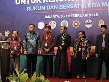 Utusan Khusus Presiden untuk Dialog dan Kerjasama Antaragama dan Peradaban (UKP-DKAP) Din Syamsuddin bersama perwakilan pemuka agama saat membuka Musyawarah Besar Pemuka Agama untuk Kerukunan Bangsa di Jakarta, Kamis (8/2). (Liputan6.com/Arya Manggala)