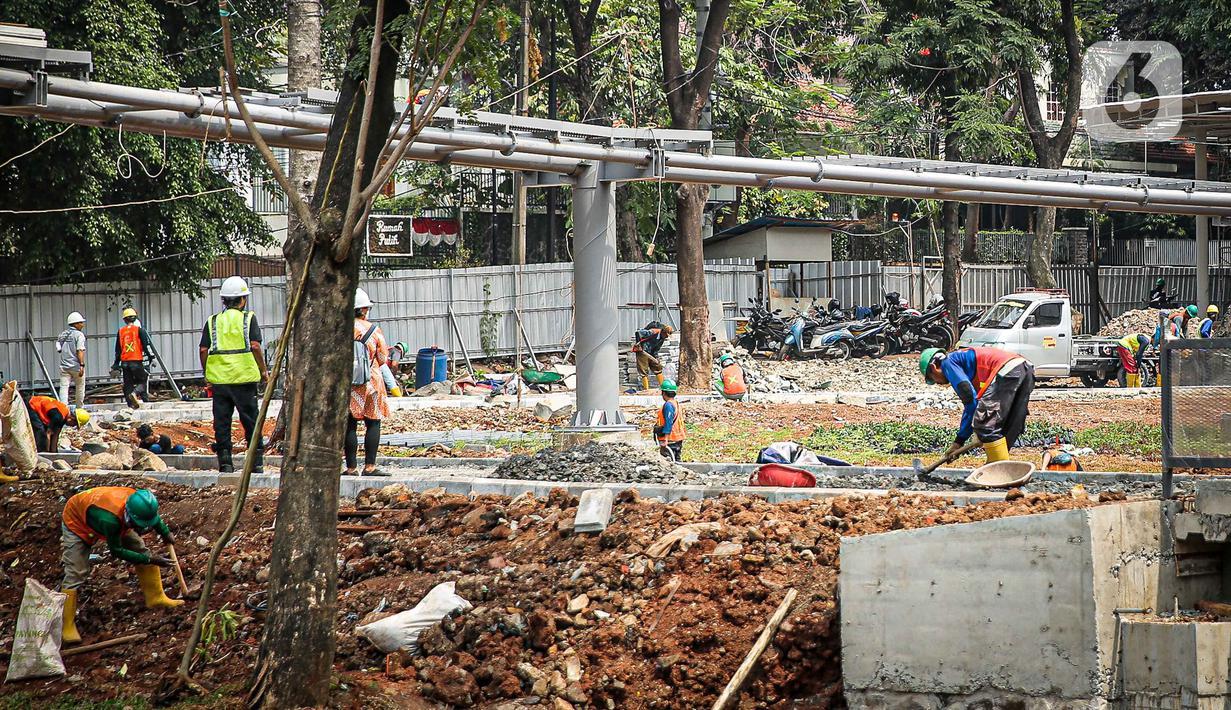 Sejumlah pekerja melakukan revitalisasi Taman Tebet menjadi Tebet Eco Garden di Tebet, Jakarta Selatan, Kamis (14/10/2021). Pembangunan taman seluas tujuh hektare tersebut ditargetkan selesai pada Desember tahun ini. (Liputan6.com/Faizal Fanani)