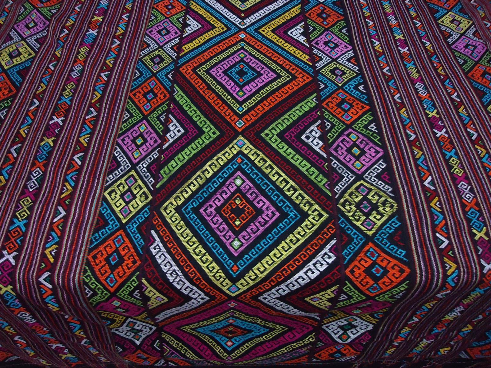Ilustrasi Bisnis Kain Tenun | Sumber Foto:  lindarania22.wordpress.com