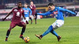 Striker Napoli, Jose' Callejon, melepaskan tendangan ke gawang Torino pada laga Serie A di Stadion Olimpico Grande Torino, Sabtu (16/12/2017). Napoli menang 3-1 atas Torino. (AP/Alessandro Di Marco)