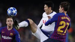 Gelandang Tottenham Hotspur, Son Heung-min, mengontrol bola saat melawan Barcelona pada laga Liga Champions di Stadion Camp Nou, Spanyol, Selasa (11/12). Kedua tim bermain imbang 1-1. (AP/Manu Fernandez)