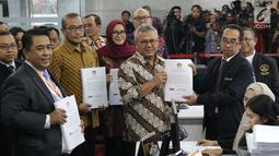 Ketua KPU RI, Arief Budiman (kedua kiri) menyerahkan jawaban pihak KPU sebagai termohon dan alat bukti menghadapi perselisihan hasil Pilpres 2019 dan di Gedung Mahkamah Konstitusi, Jakarta, Rabu (12/6/2019). 272 boks kontainer dari 34 provinsi diserahkan KPU ke MK. (Liputan6.com/Helmi Fithriansyah)