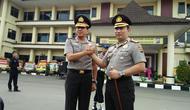 Kapolda Banten Kombes Pol Listyo Sigit Prabowo (sebelah kanan) berjabat tangan dengan mantan Kapolda Banten Brigjen Pol Ahmad Dofiri (Liputan6.com/ Yandhi Deslatama)