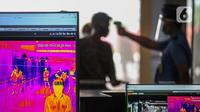 Petugas memeriksa suhu tubuh penumpang di Terminal 2 Bandara Soekarno Hatta, Tangerang, Banten, Rabu (10/6/2020). Skenario protokol mulai dari pemeriksaan kesehatan, penggunaan fasilitas bandara, tramsaksi tanpa uang cash disejumlah tenant bisnis yang ada di bandara. (Liputan6.com/Faizal Fanani)