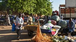 Pedagang kaki lima menjual barang-barang di Niamey, Niger (10/7/2019). Kota ini merupakan pusat administratif, budaya, dan ekonomi di Niger. Industri yang terdapat di kota ini antara lain adalah batu bata, keramik, semen, dan tenun. (AFP Photo/Issouf Sanogo)