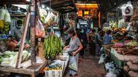 Suasana jual beli di Pasar Cempaka Putih, Jakarta, Kamis (11/6/2020). Pengelola pasar tradisional diwajibkan melaksanakan protokol kesehatan salah satunya dengan pembatasan jumlah konsumen hanya 50 persen kapasitas. (Liputan6.com/Faizal Fanani)