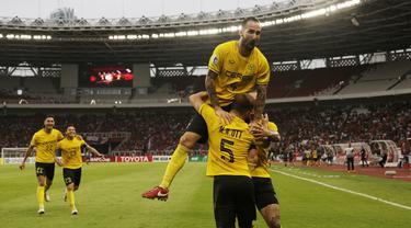 Pemain Ceres-Negros merayakan gol yang dicetak oleh Mike Rigoberto ke gawang Persija Jakarta pada laga Piala AFC di SUGBK, Jakarta, Selasa (23/4). Persija takluk 2-3 dari Ceres-Negros. (Bola.com/Peksi Cahyo)