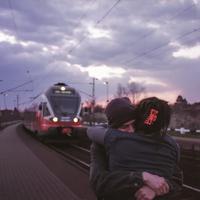 Suasana romantis di stasiun kereta api. (Foto: Benjamin Balazs from Pixabay)