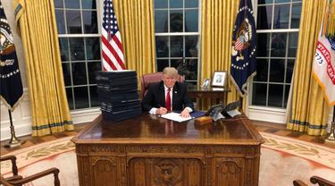 Presiden Donald Trump di Oval Office