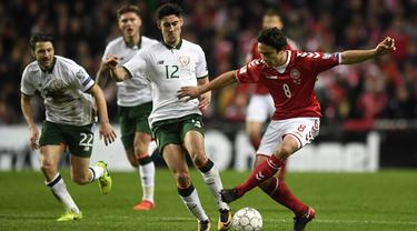 Gelandang Denmark, Thomas Delaney, berusaha melewati gelandang Irlandia, Callum O'Dowda, pada laga Kualifikasi Piala Dunia 2018 di Stadion Telia Parken, Kobenhavn, Minggu (12/11/2017). Kedua negara bermain imbang 0-0. (AFP/Lars Moeller)