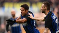 Penyerang Inter Milan, Eder Martins saat melakukan selebrasi usai menjebol gawang Bologna. (MARCO BERTORELLO / AFP)