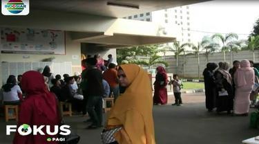 Banyaknya keluarga warga yang datang mengakibatkan antrian di loker pendaftaran.