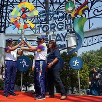 Wali Kota Solo menerima obor api Asian Games 2018 untuk selanjutnya diarak keliling Solo, Kamis (19/7).(Liputam6.com/Fajar Abrori)