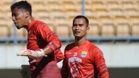 Kiper Persib Bandung, Dhika Bhayangkara (kanan). (Bola.com/Erwin Snaz)